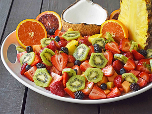 hofruit salad with honey and lime